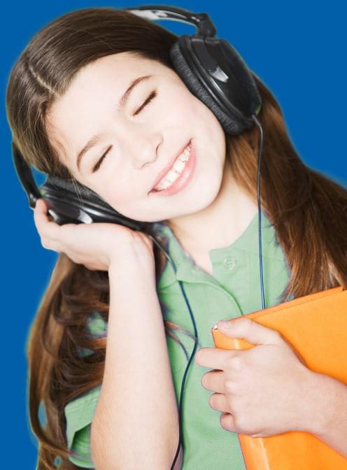Mädchen mit Kopfhörer lernt Englisch